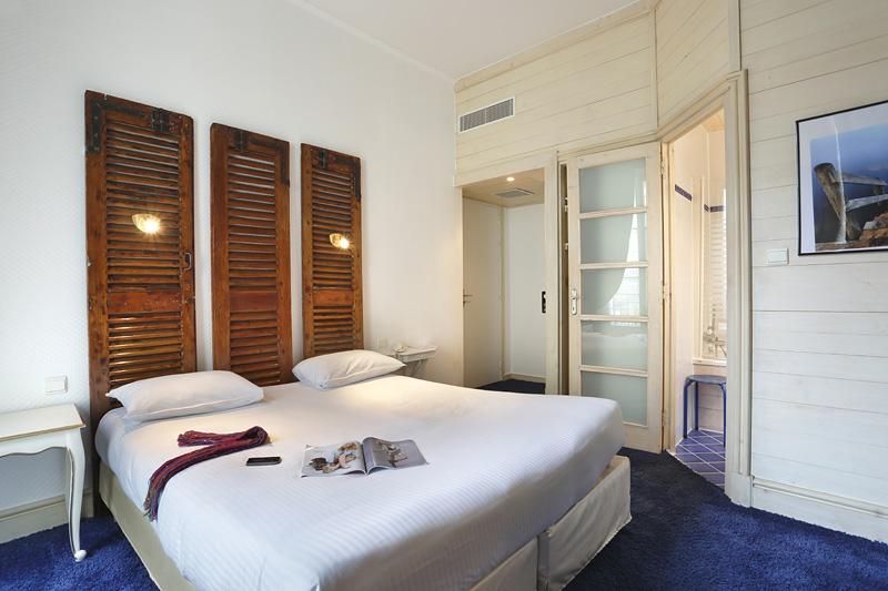 Chambre QUALYS-HOTEL Bordeaux La Tour Intendance à BORDEAUX